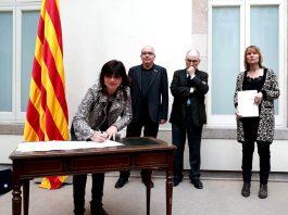La regidora d'Ensenyament, Núria Canal, signa el Pacte contra la segregació escolar