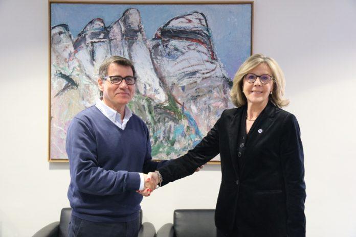 Signatura del conveni entre l'Ajuntament de Martorell i UNICEF. Xavier Fonollosa i Anna Folch