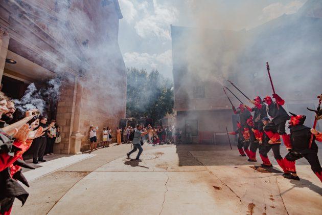 Ofrena de les colles de cultura popular a Santa Maria. (Fotografia: Cristina Sánchez)