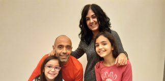 La Bruna i l'Ona -d'esquerra a dreta- acompanyades dels seus pares, el Xavi Estruch i la Montse Barne