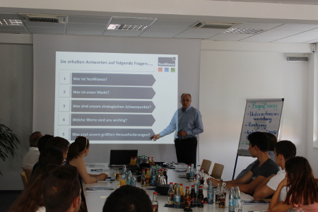 TecAlliance Geschäftsführer Jürgen Buchert stellte den internationalen Schülerinnen und Schülern das Unternehmen vor.
