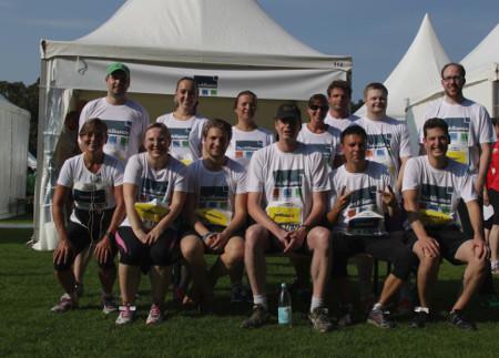Einige der TecAlliance Läuferinnen und Läufer vor dem Firmenzelt.