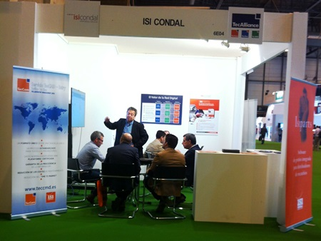 Juan Ramón Cervantes, Geschäftsführer des TecAlliance Partnerunternehmens ISI Condal, informierte die Standbesucher über die Kombinationsmöglichkeiten des TecAlliance Portfolios mit den ISI Condal-Lösungen