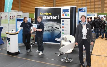 Die TecAlliance Azubis Isabel Peter (links im Bild) und Paul Hensinger mit der Ausbildungsleiterin Kerstin Langohr am Messestand in Weikersheim.