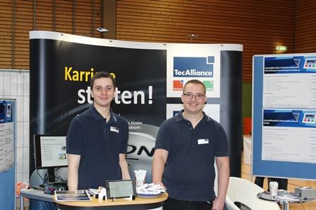 Die TecAlliance Azubis Lukas Walther (links im Bild) und Mario Groß am Messestand in Weikersheim.
