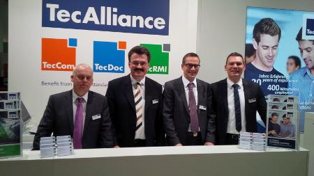 Die TecAlliance Vertriebsmitarbeiter (v.l.n.r.: Carsten Kuhl (Sales DACH), Bernd Dippel (Sales DACH), Markus Diesch (Sales Fleet & Leasing) und Daniel Sjögreen (Sales DACH)) freuten sich über das rege Interesse der Fachbesucher.