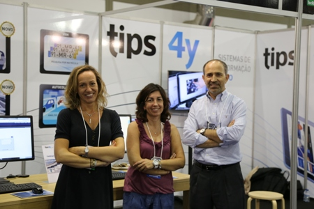 Susana Barros (Managing Partner bei TIPS 4Y, links), Maria Moreno (Assistentin) und Pedro Barros (Managing Partner bei TIPS 4Y) vor dem Messestand auf der Expomecânica