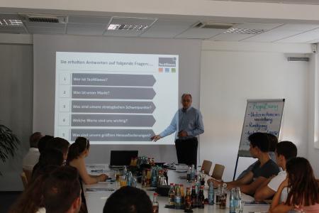 TecAlliance Managing Director Jürgen Buchert introduced the company to the international pupils.