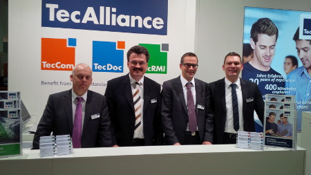 The TecAlliance sales employees (from left: Carsten Kuhl (Sales DACH), Bernd Dippel (Sales DACH), Markus Diesch (Sales Fleet & Leasing) and Daniel Sjögreen (Sales DACH)) were happy about the great interest from professional visitors.