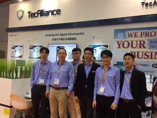 Shu Yu, Wilson Li Yang Lei, Minghai Xu, Yikai Wang and Qinlong Hu (von links nach rechts) stellten das Lösungsportfolio am TecAlliance Messestand vor.
