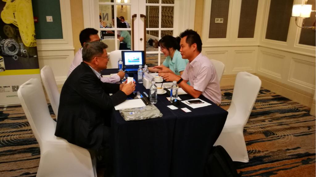 """TecAlliance çalışanları """"Speed Date Meeting"""" etkinliğinde Nexus üyeleri ile görüşme halinde"""