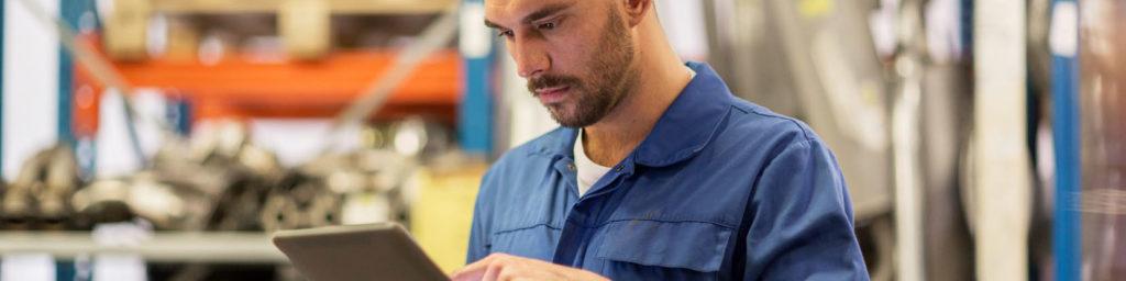 Unser Sprachassistent unterstützt Sie als Mechaniker bei der initialen Inspektion des Fahrzeugs.