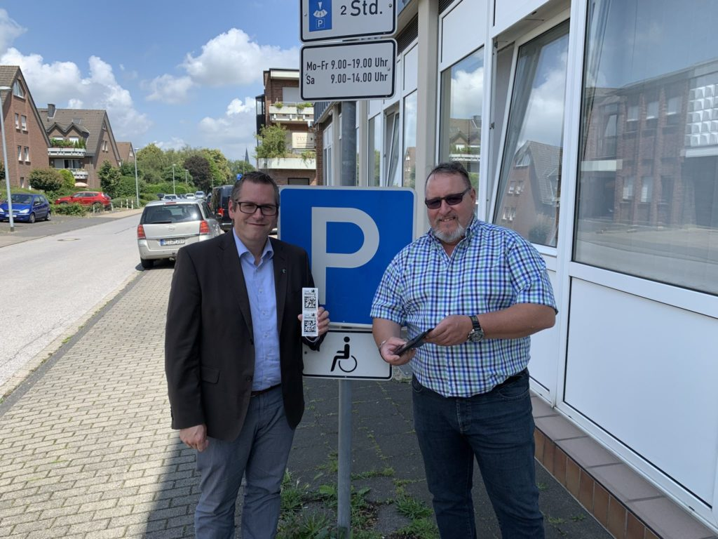 Sascha Solbach, Mayor of the city of Bedburg (Germany) (left), Guido Linden, GS1 Germany