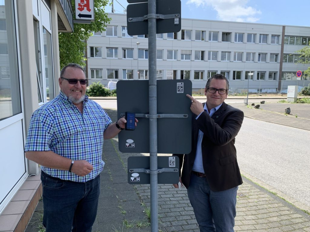 Sascha Solbach, Mayor of the city of Bedburg (Germany) (right), Guido Linden, GS1 Germany