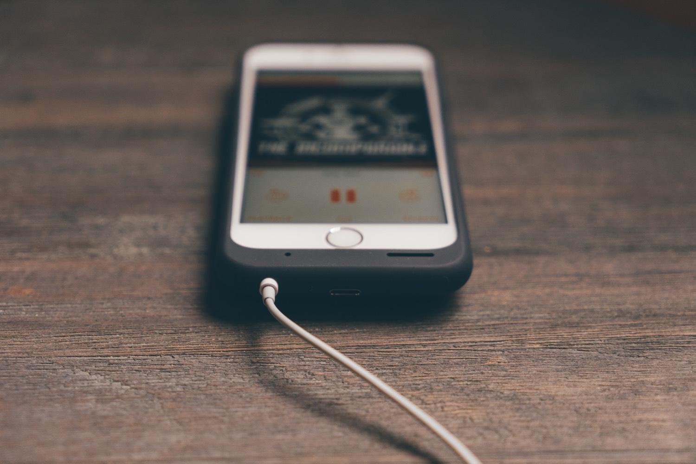 Das iPhone hat das Podcasting populär gemacht. Foto: Unsplash/Alvaro Serrano