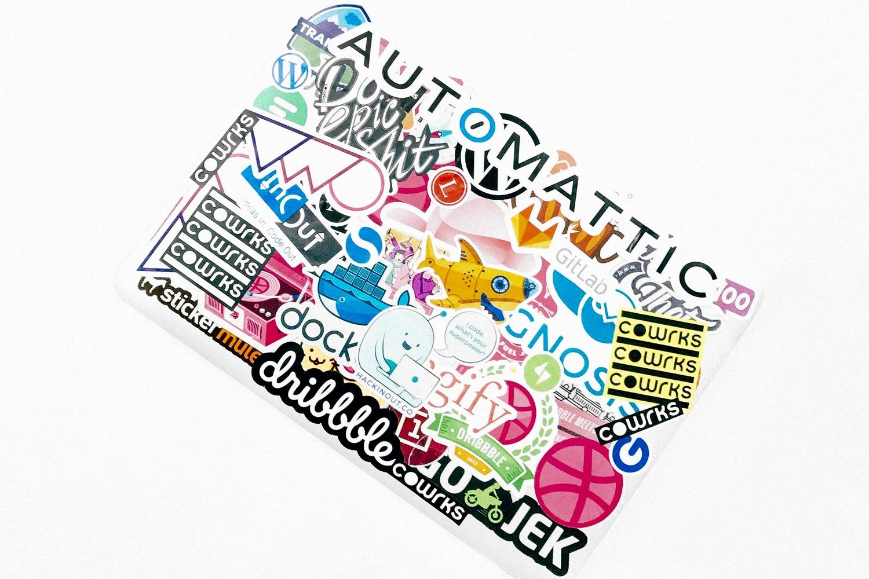 Mit Aufklebern übersäter Computer. Einer kommt von Automattic, der Firma hinter WordPress.com Foot: Rahul Chakraborty/Unsplash