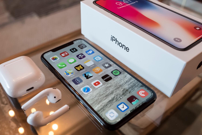 iPhone X neben der Verpackung. Foto: Drew Coffman/Unsplash