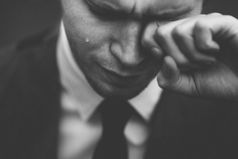 Ein Mann weint. Symbolbild. Das bin nicht ich, und so attraktiv war ich auch nie. Foto: Tom Pumford/Unsplash