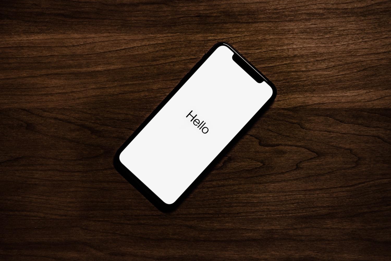 """iPhone X im Originalzustand mit Begrüßung """"Hello"""". Foto: Tyler Lastovich/Unsplash"""
