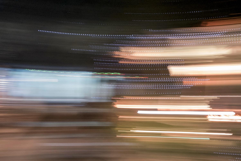 Symbolbild Konfusion: Verschwommene Lichter durch Bewegung beim Fotografieren. Foto: Sharouaav Shreshta/Unsplash