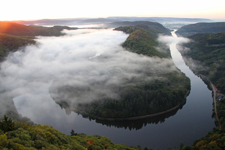 Nebel über der Saarschleife. Foto: GuentherDillingen/Pixabay