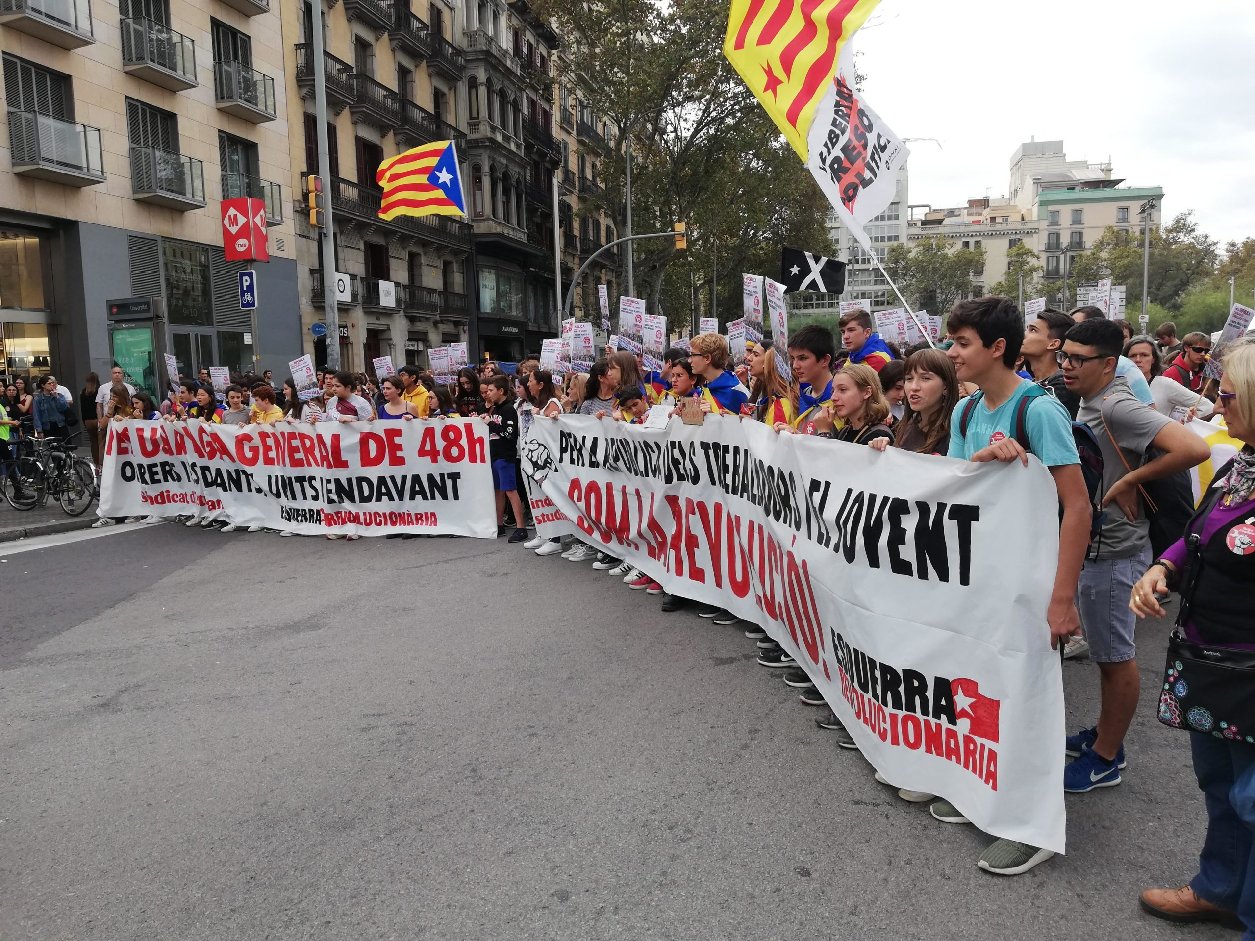El tall de la Gran Via al seu pas per la plaça Universitat, al costat de l'acampada d'estudiants / Europa Press (David Zorrakino)