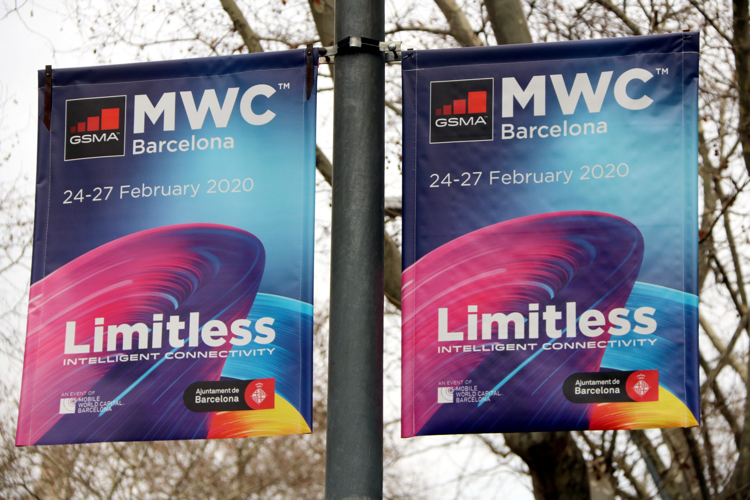 Un operari desmuntant un estand del Mobile World Congress (MWC), l'any passat / ACN - Lluís Sibils