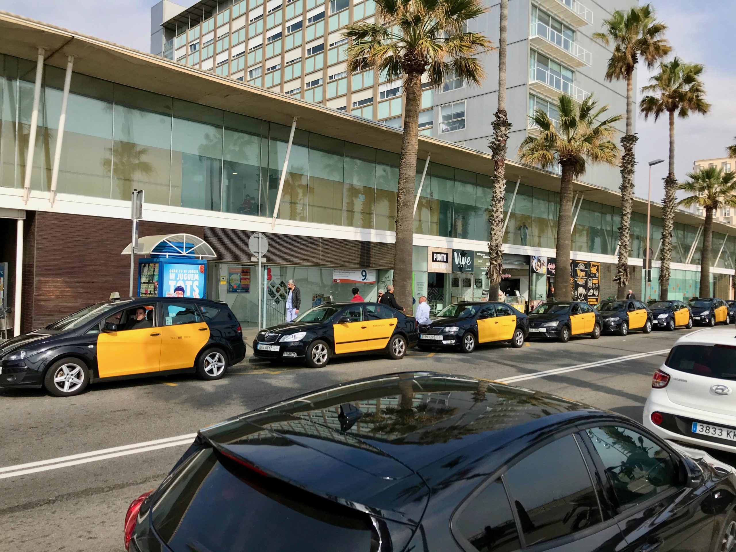 La parada de taxis en un dels primers dies de confinament a l'Hospital del Mar | A.G