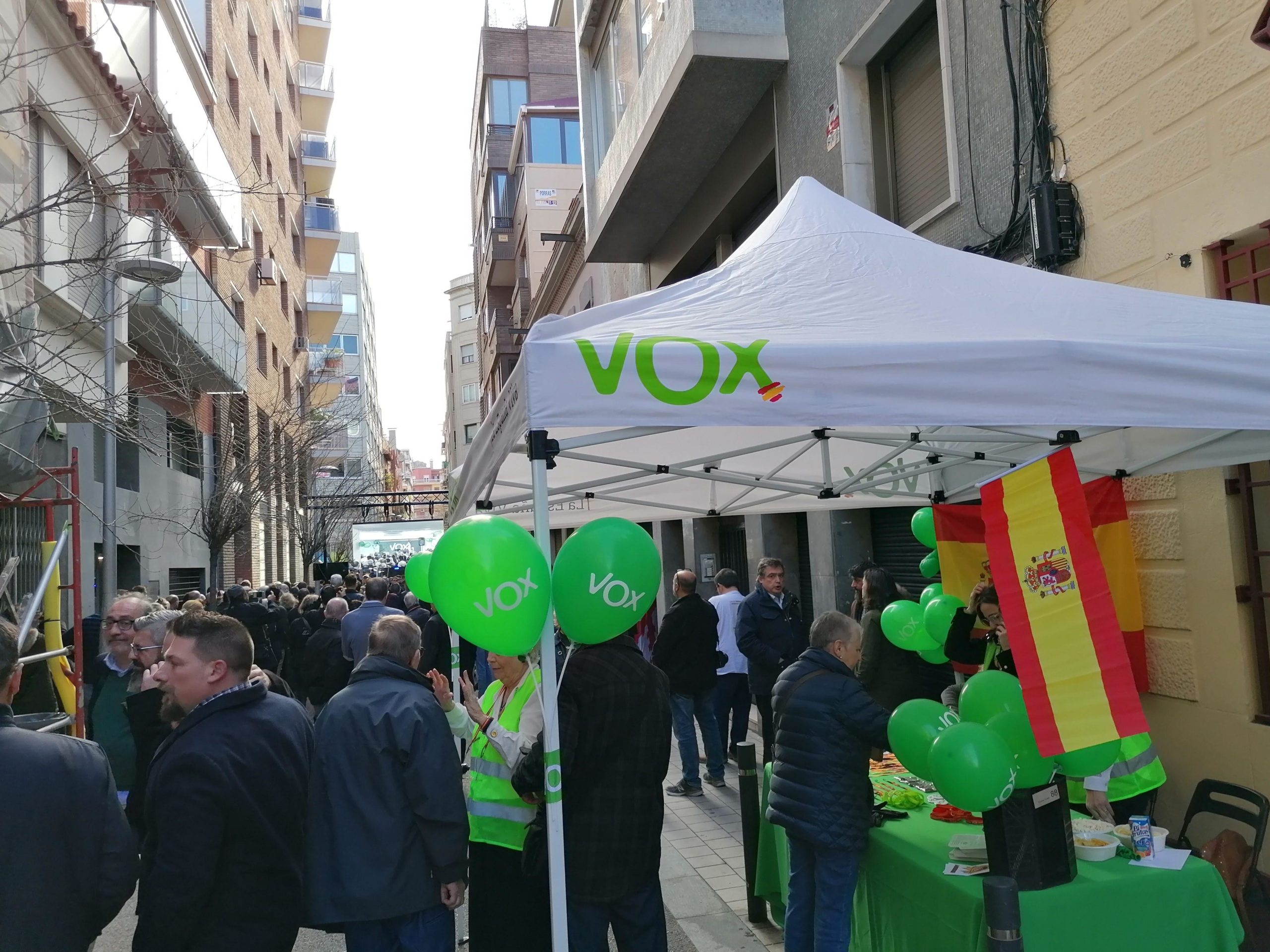 Carpa al carrer del Camp per la inauguració del local de Vox / MMP