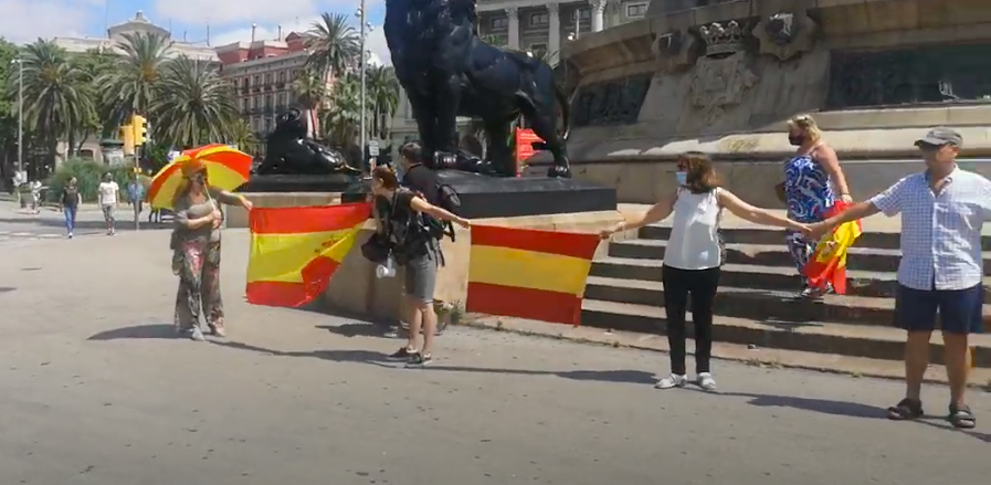 Captura del vídeo que mostra l'intent d'encerclar l'estatua de Colom / D.C.