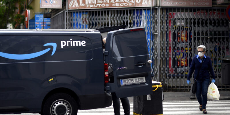 Una furgoneta d'Amazon descarregant durant el confinament / Óscar Cañas - Europa Press