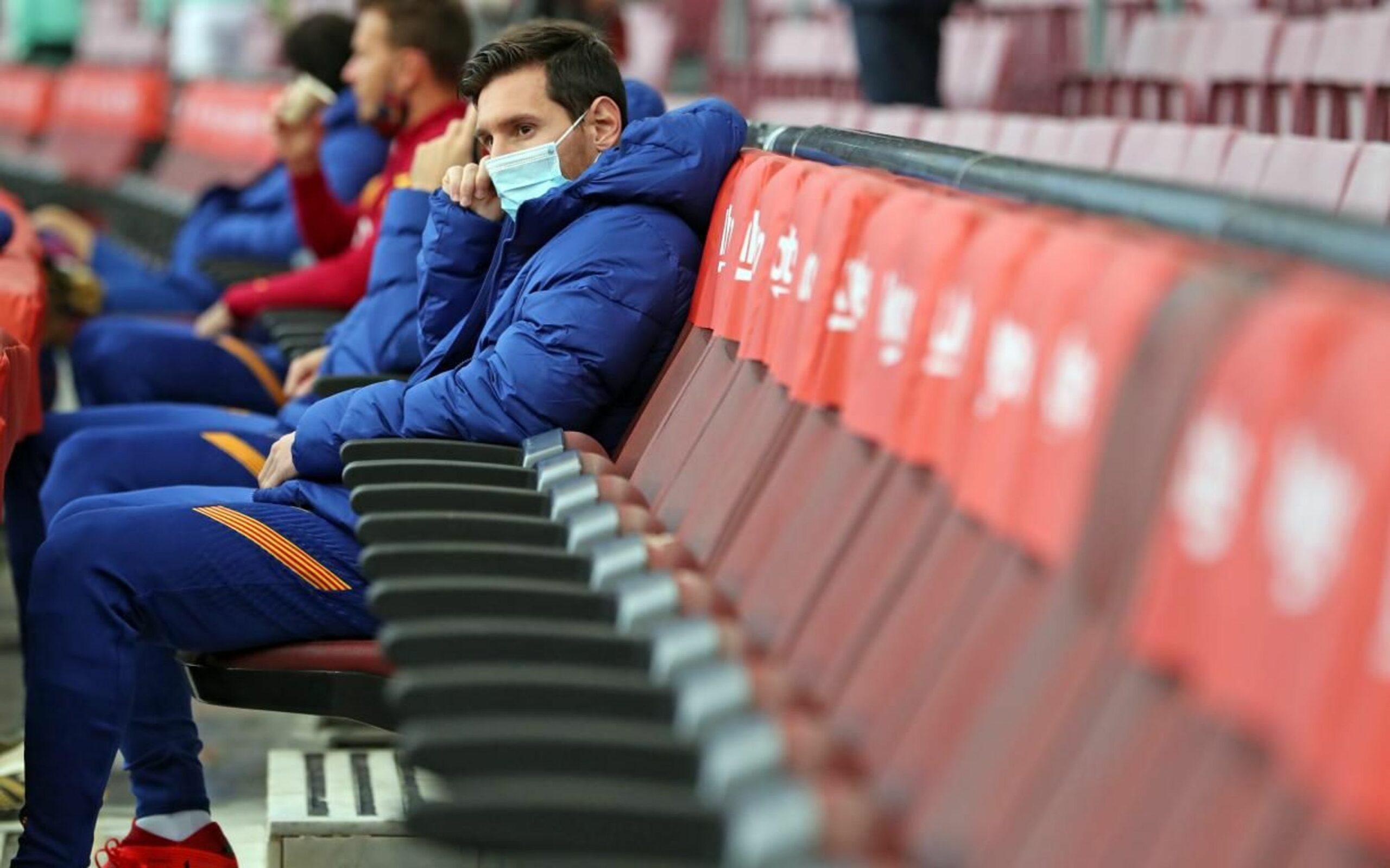 Leo Messi, amb una mascareta quirúrgica a la banqueta | FC Barcelona