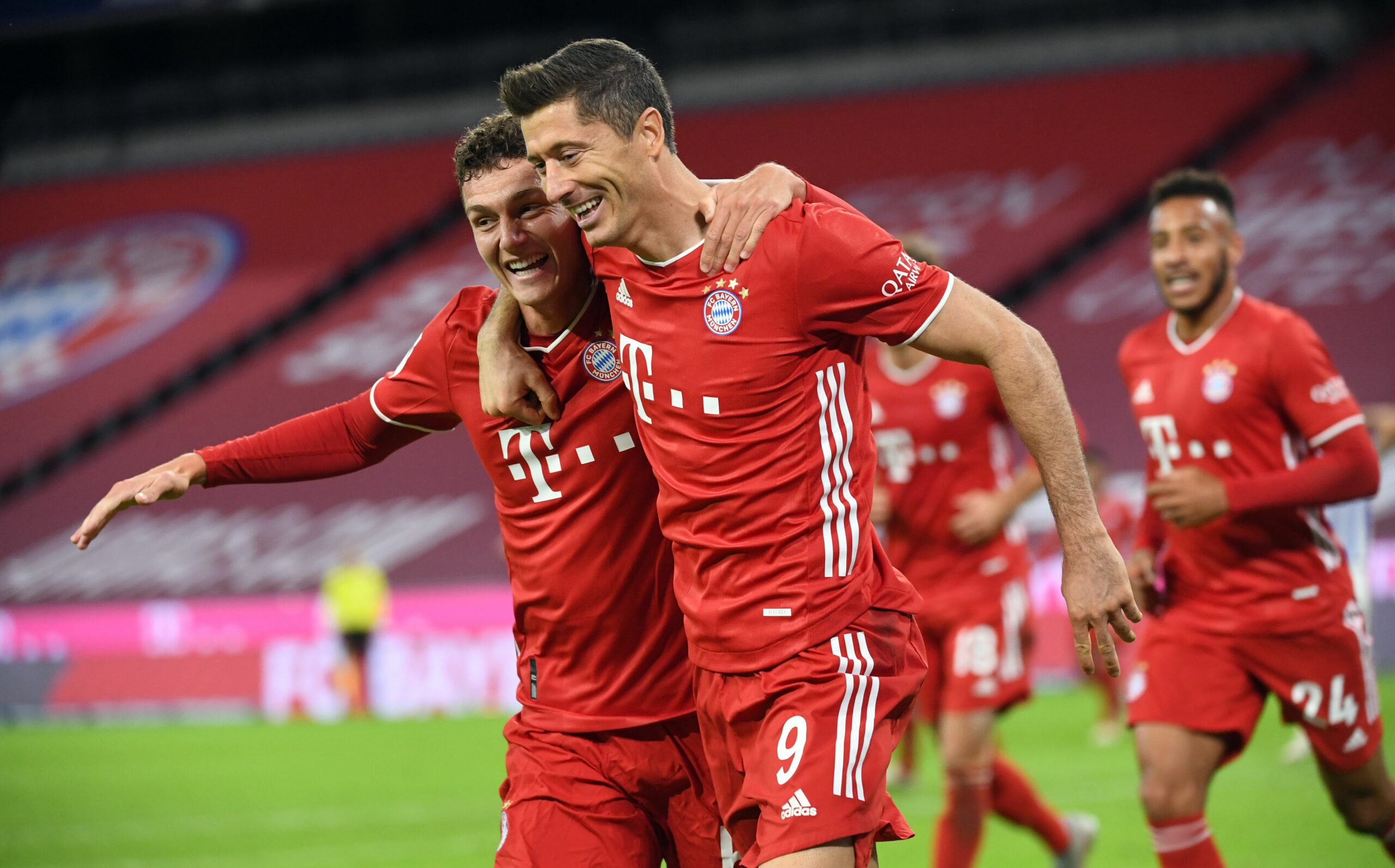 Lewandowski i Pavard celebren un gol del Bayern | Europa Press