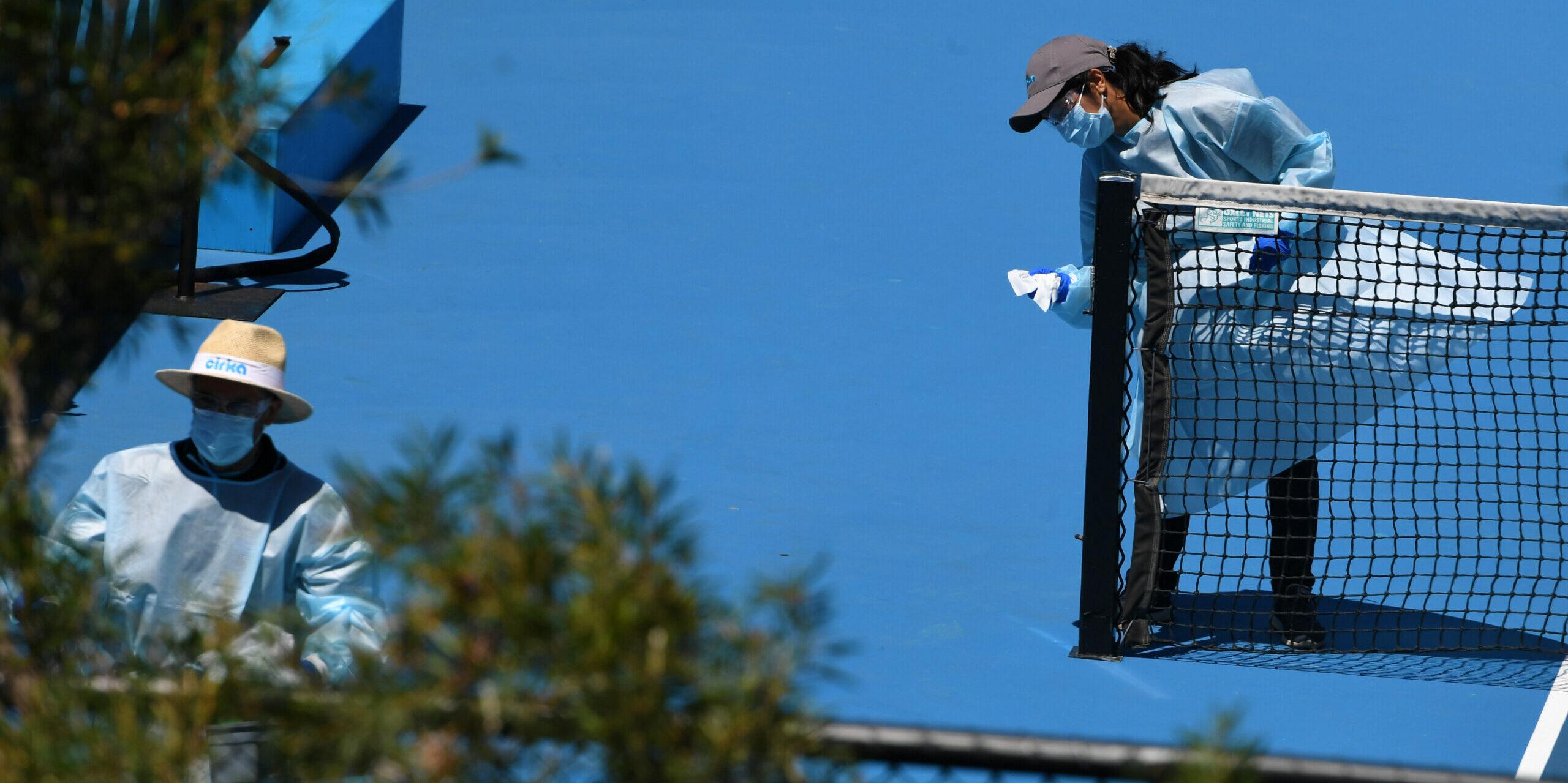 Tasques de desinfecció al Melbourne Park, les pistes de l'Open d'Austràlia   Europa Press