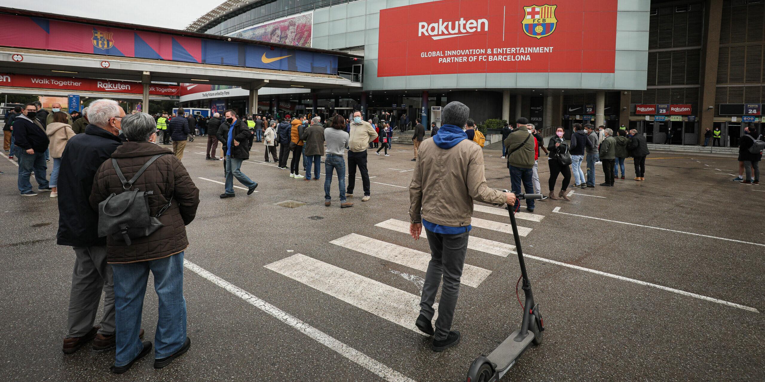 Socis del Barça fan cua abans de votar   Jordi Borràs