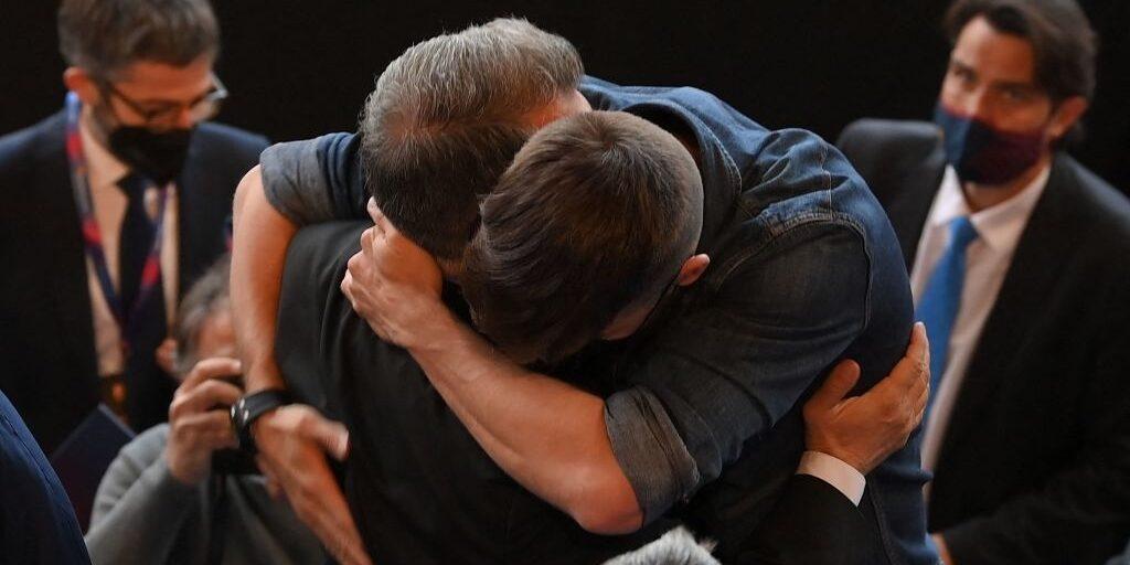 Laporta i Piqué, abraçats | @Barzaboy