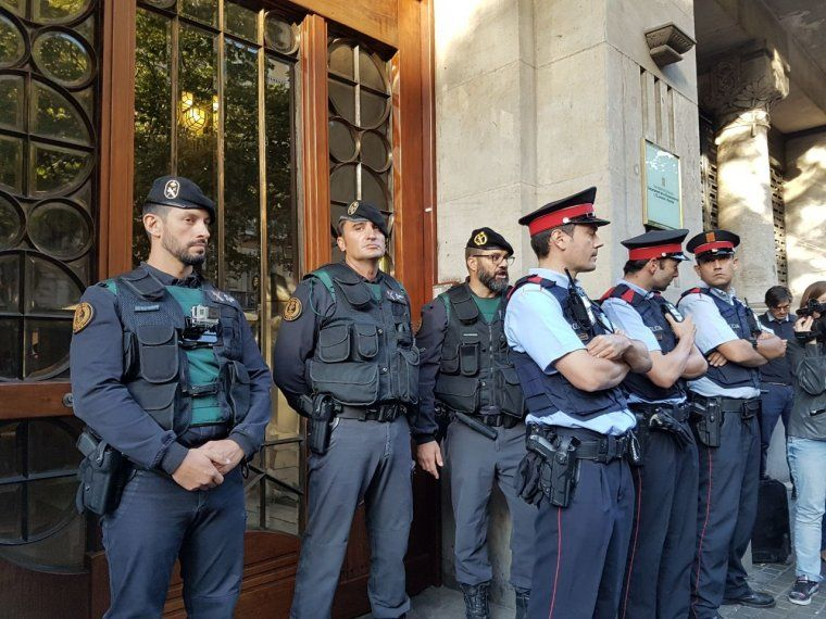 Guàrdia Civil i Mossos impedint l'entrada a la conselleria d'Economia