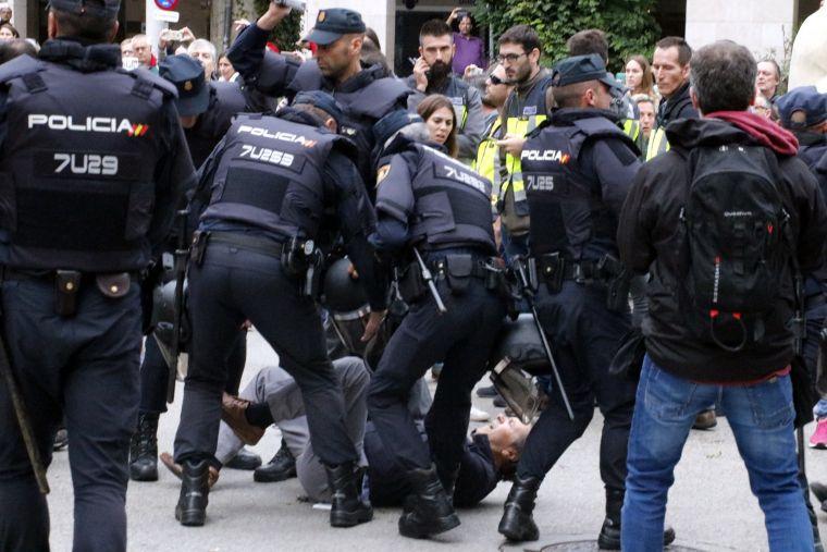 policia espanyola carregant l'1-O