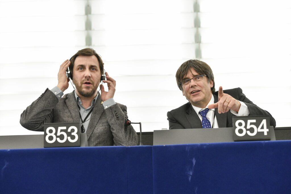 Els eurodiputats Carles Puigdemont i Toni Comín als seus escons al Pa