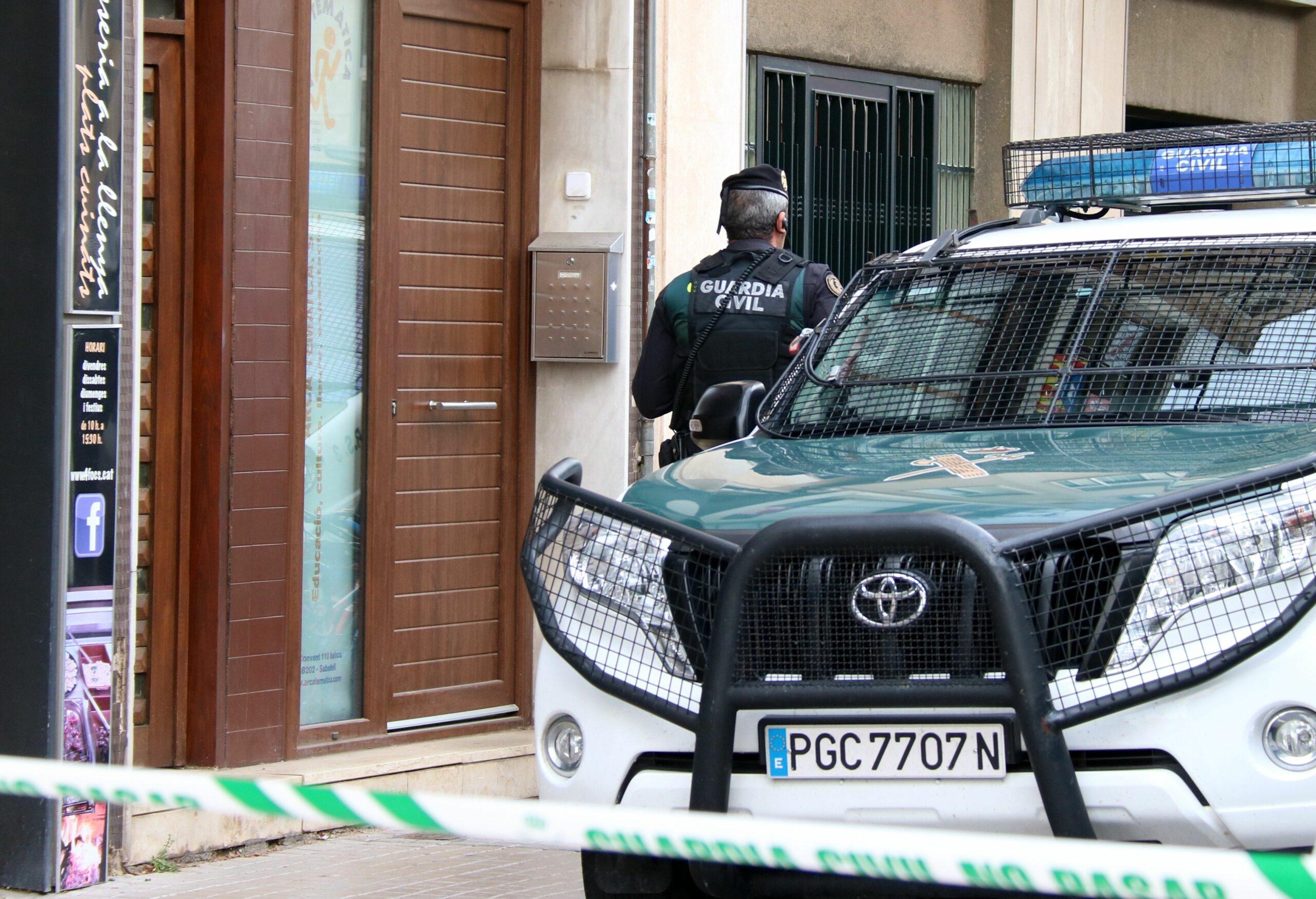 L'entrada d'un immoble on la Guàrdia Civil va dur a terme una operació contra l'independentisme a Sabadell