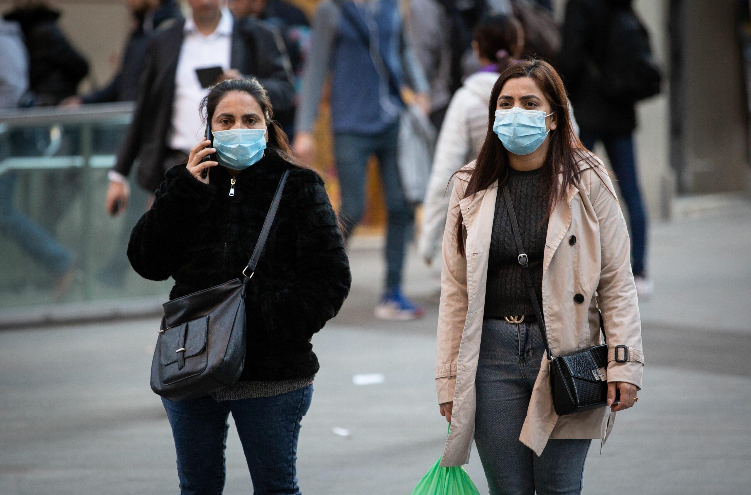 Dues dones amb mascaretes caminant pel centre de Barcelona