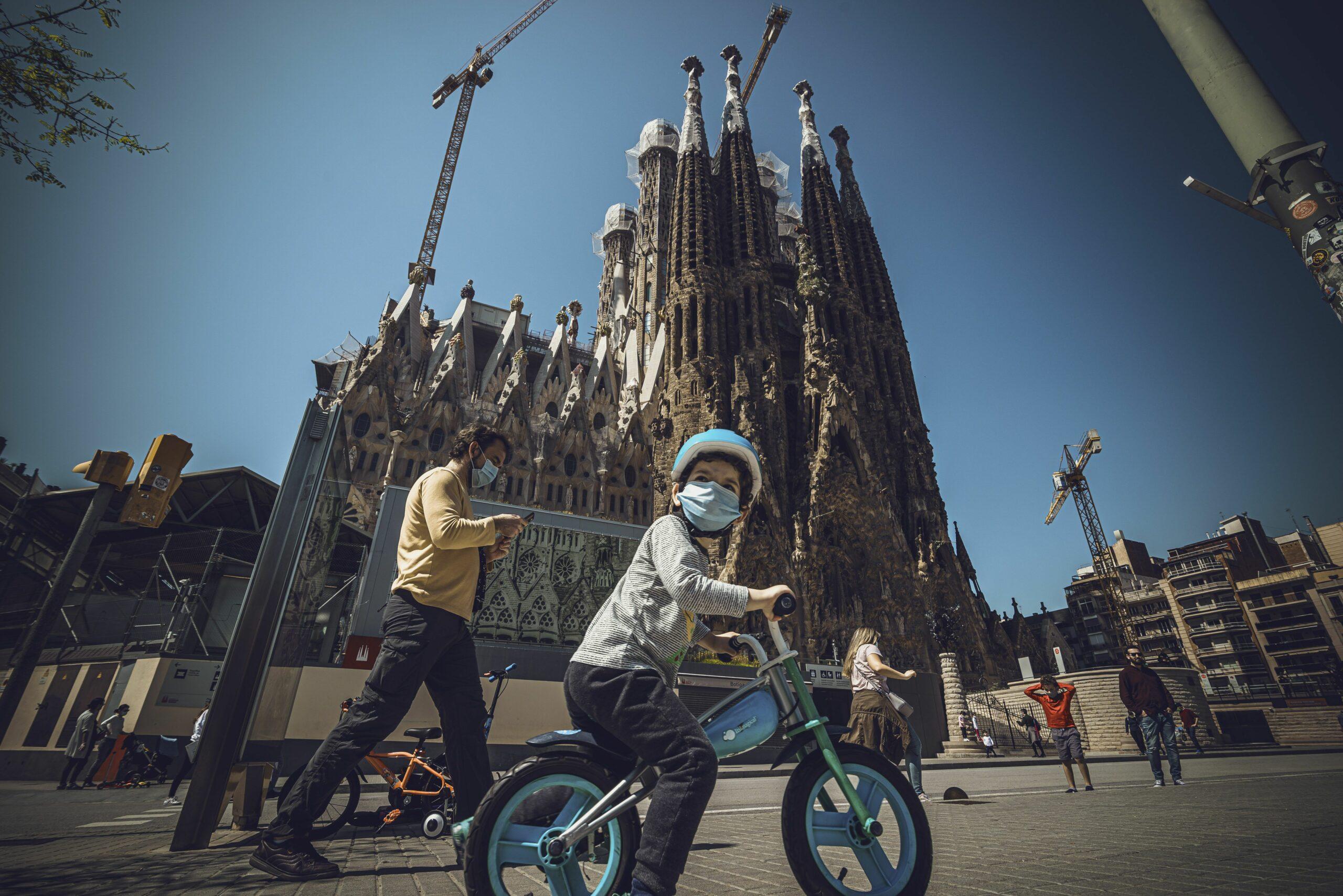 Una nena amb mascareta a Barcelona després del relaxament del confinament per a nens (EP)