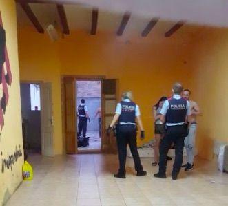 Els Mossos a l'interior del local que va ser desocupat/Xabier