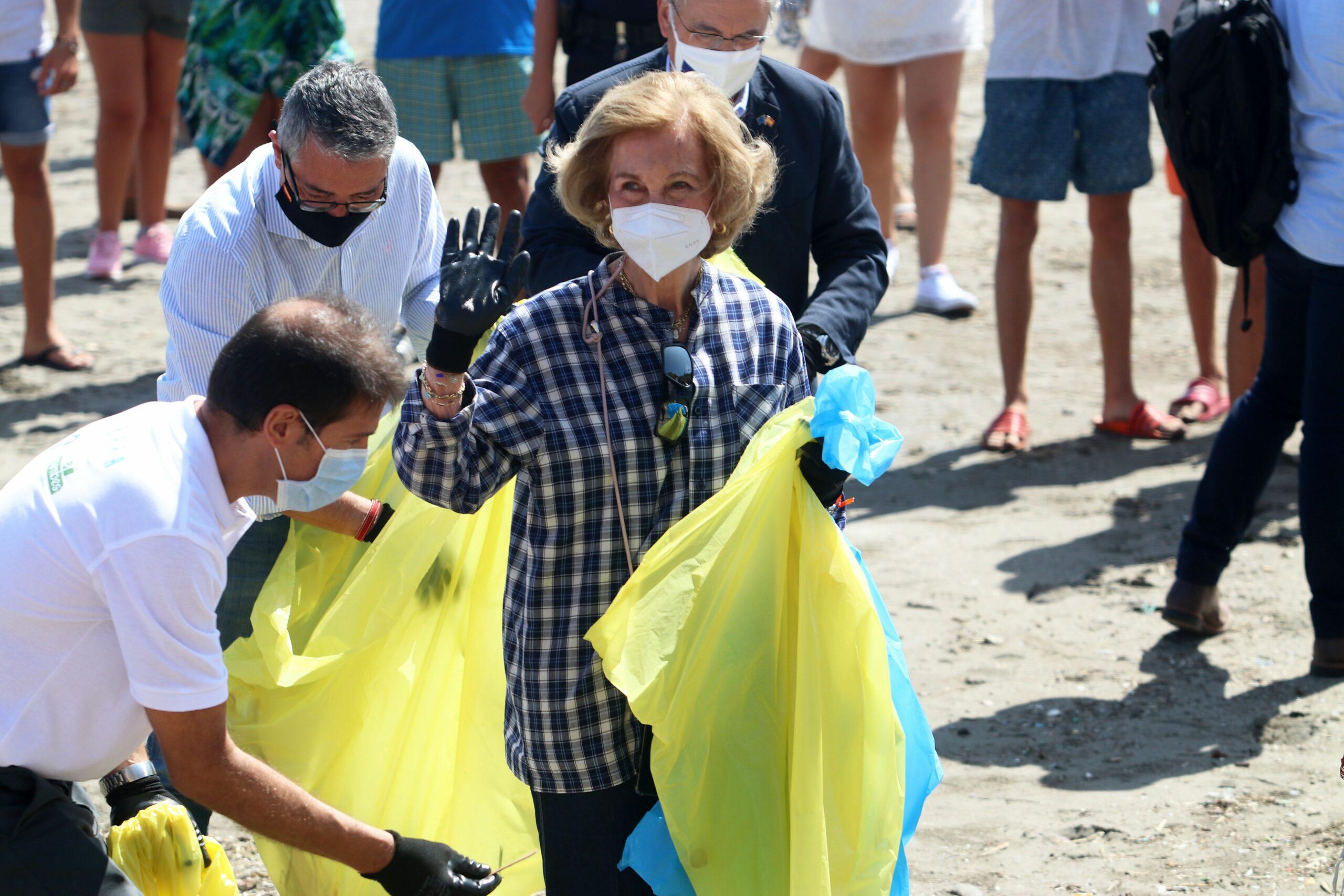 La reina Sofia participa en la neteja de platges   Europa Press