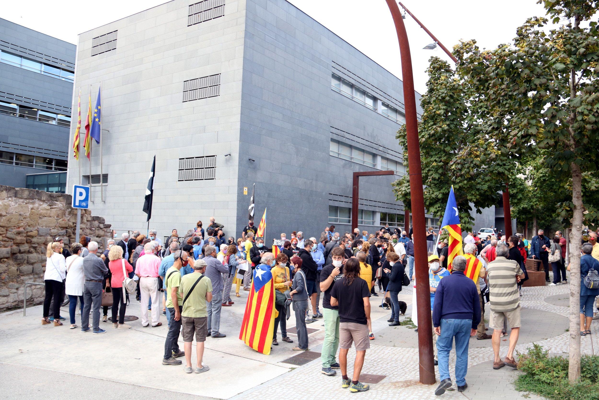 Desenes de persones concentrades davant dels jutjats de Manresa per donar suport a Pesarrodona / ACN