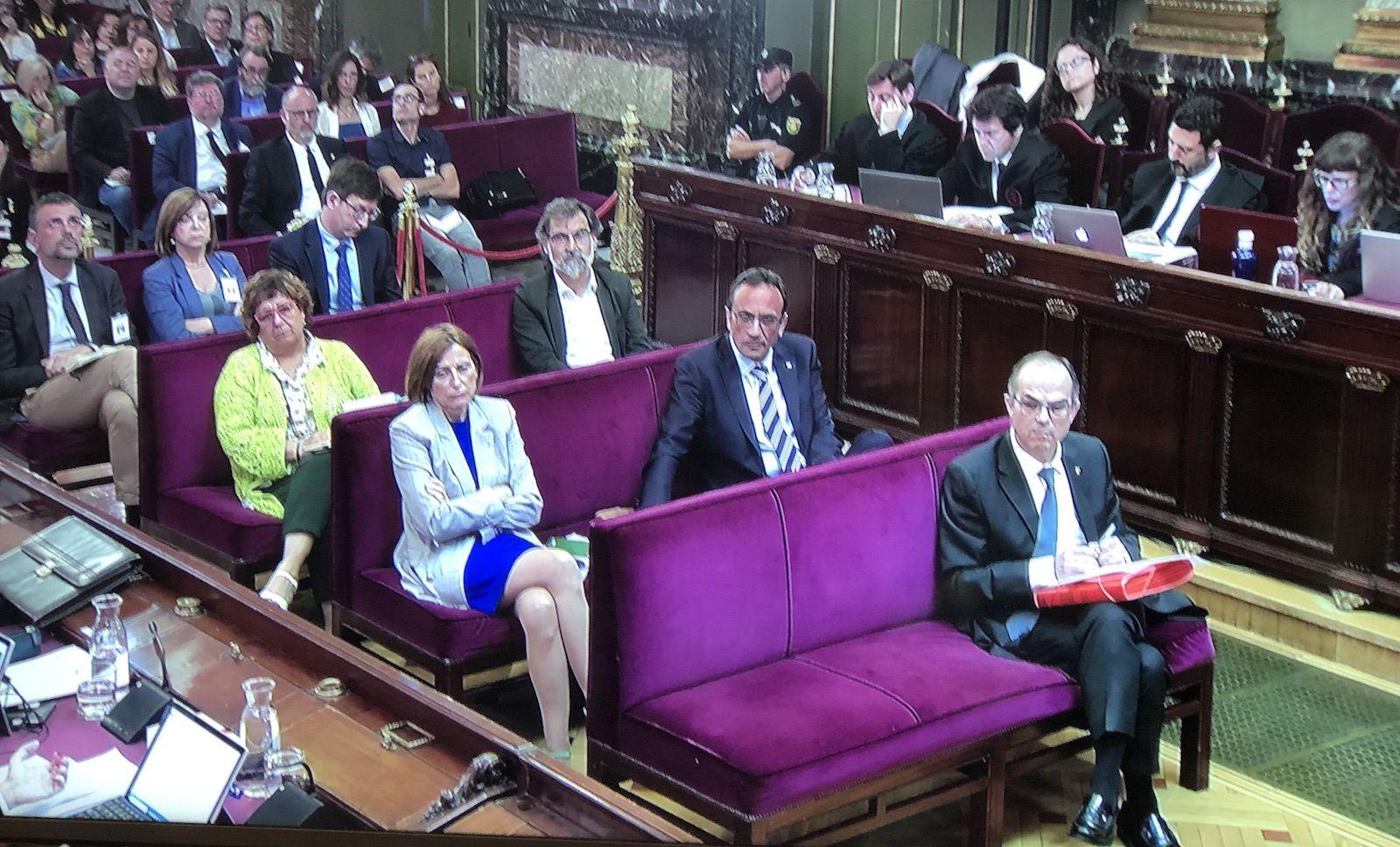 Els presos pol?tics, llevat de Junqueras i Romeva, seuen a la banqueta dels acusats mentre escolten els informes
