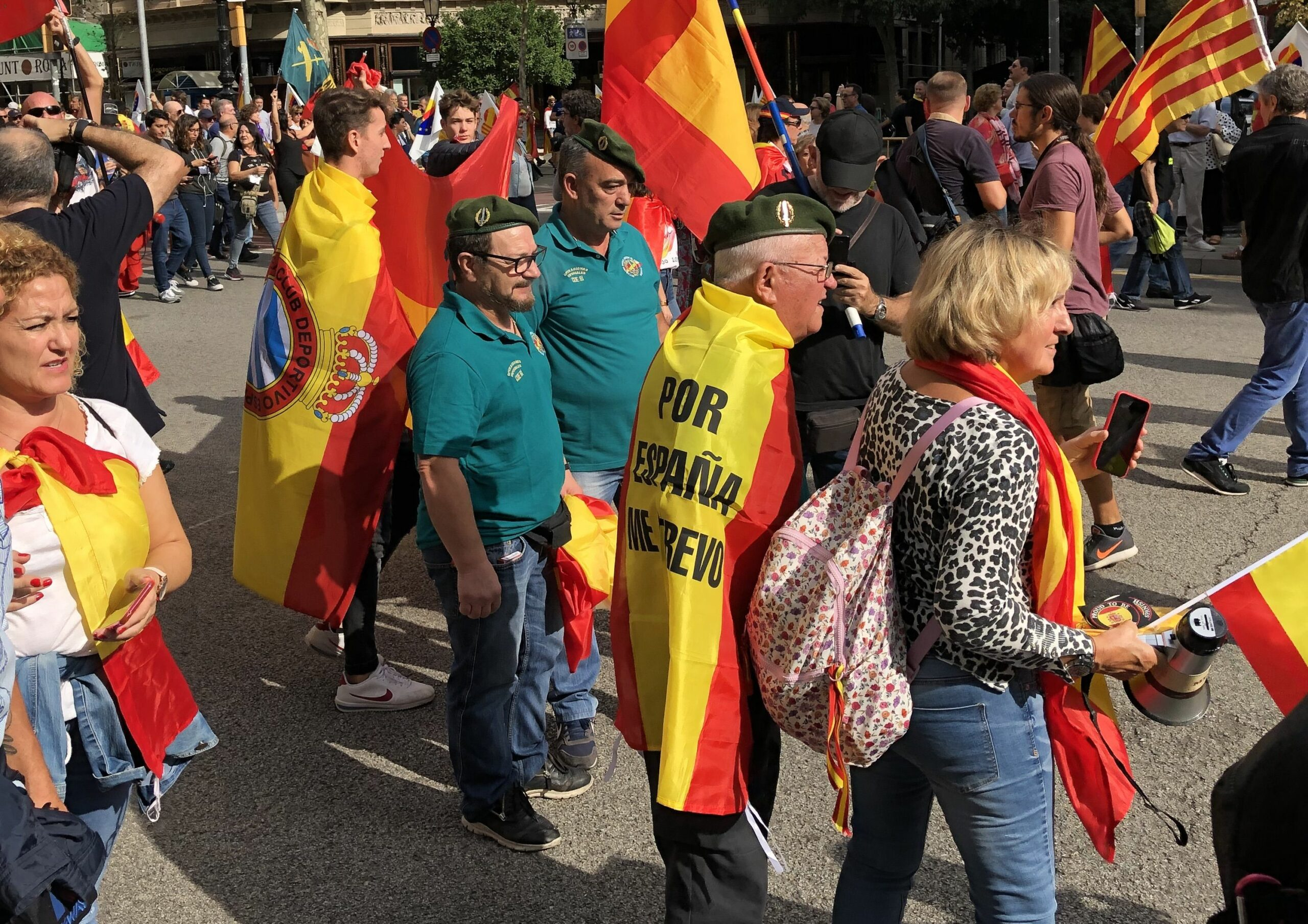 Manifestants amb gorres militars al 12-O a Barcelona
