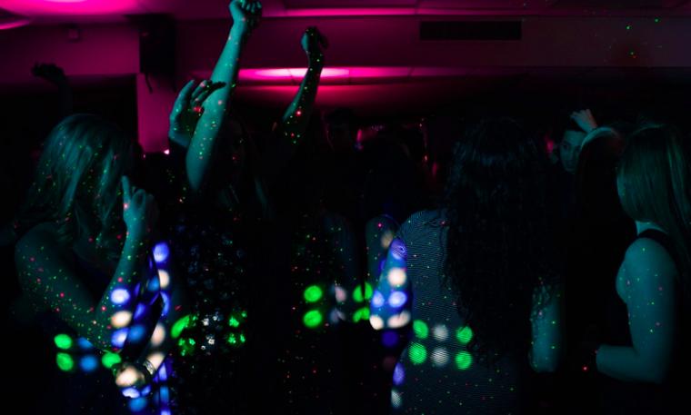 Dones ballant en una discoteca