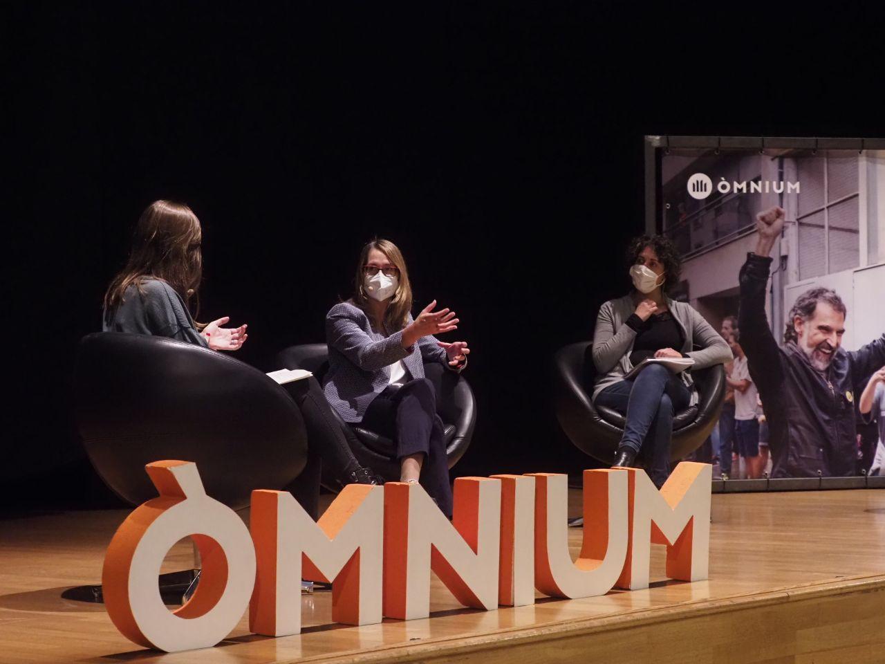 Una imatge del debat moderat per Laura Aznar amb Marina Roig, Laura Serra i Ana?s Franquesa/Dani Codina (?mnium)