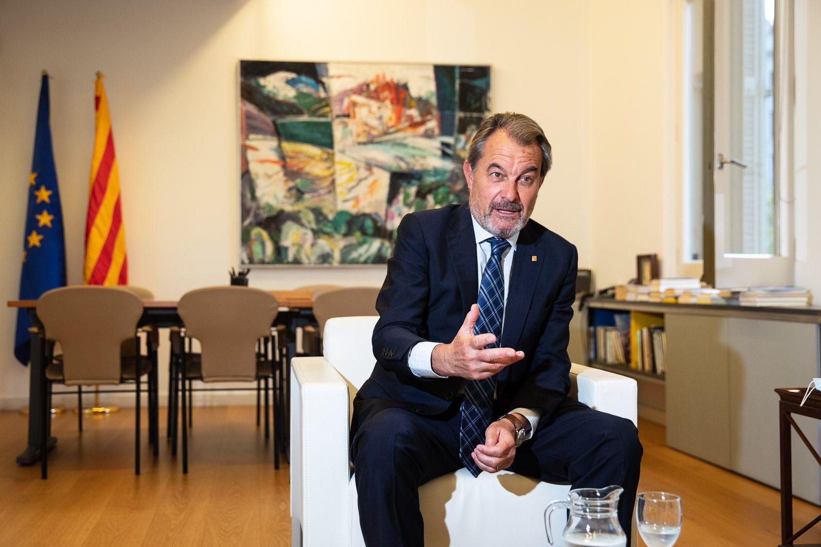 Artur Mas, durant l'entrevista amb El M?n al seu despatx d'expresident / Jordi Borr?s